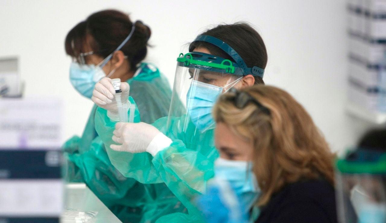 Personal trabajando con test para detectar el coronavirus