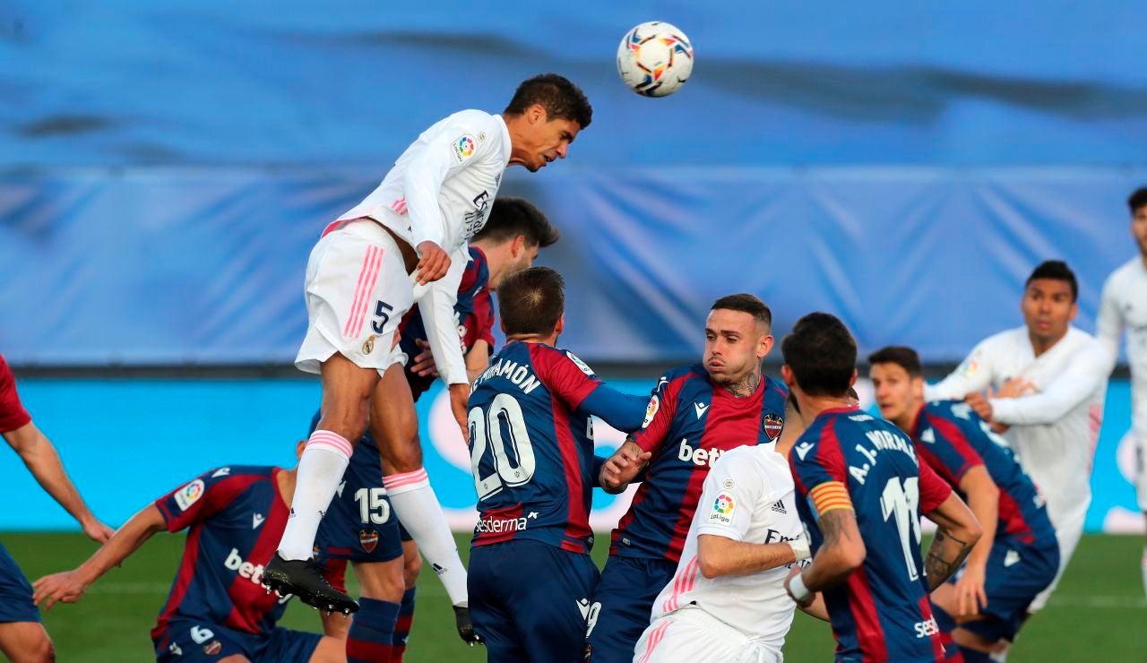 Varane anotó un doblete contra el Huesca