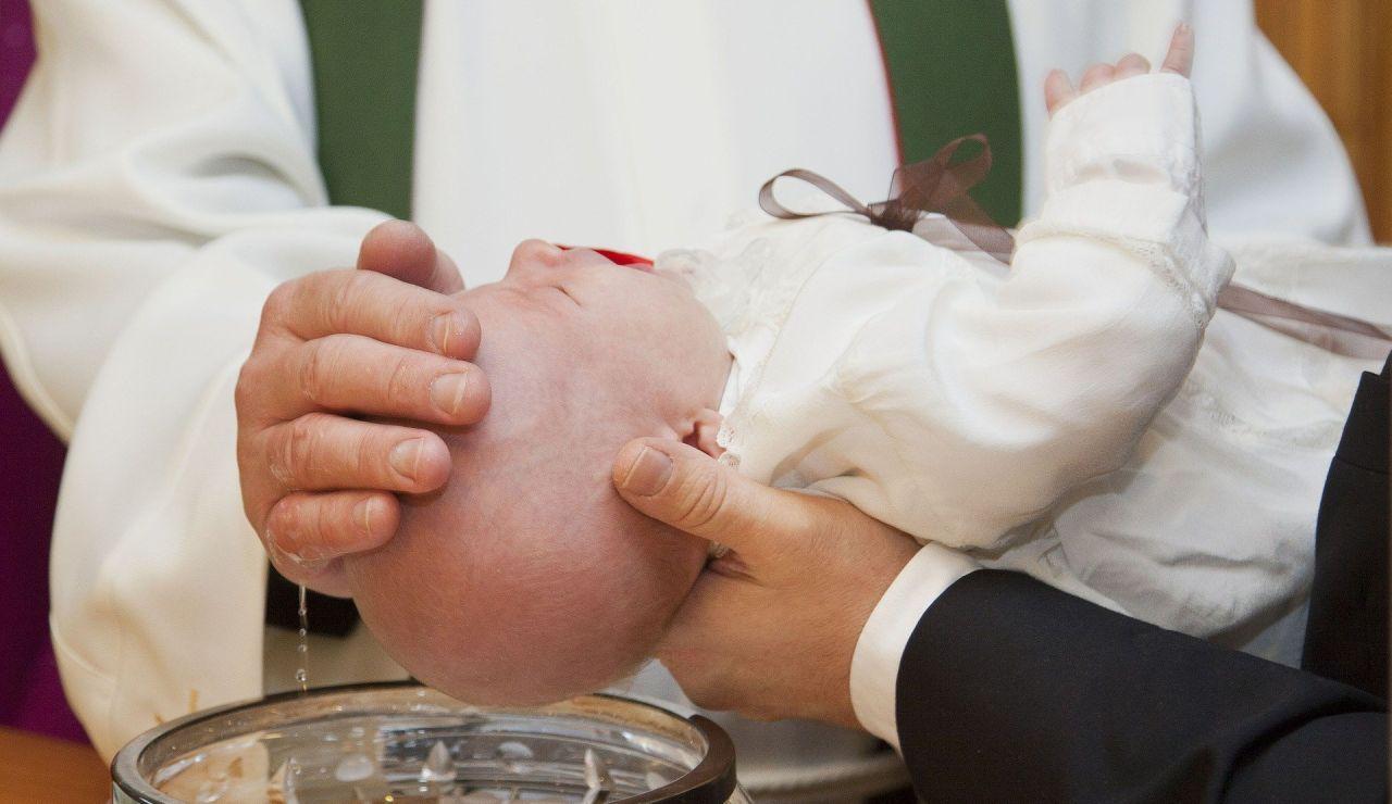 El bebé murió por tener líquido en sus pulmones tras bautizarse en Rumanía