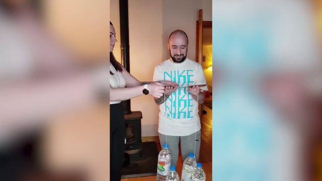 """VÍDEO: Una mujer gasta una broma a su marido con un divertido """"reto de fuerza"""""""