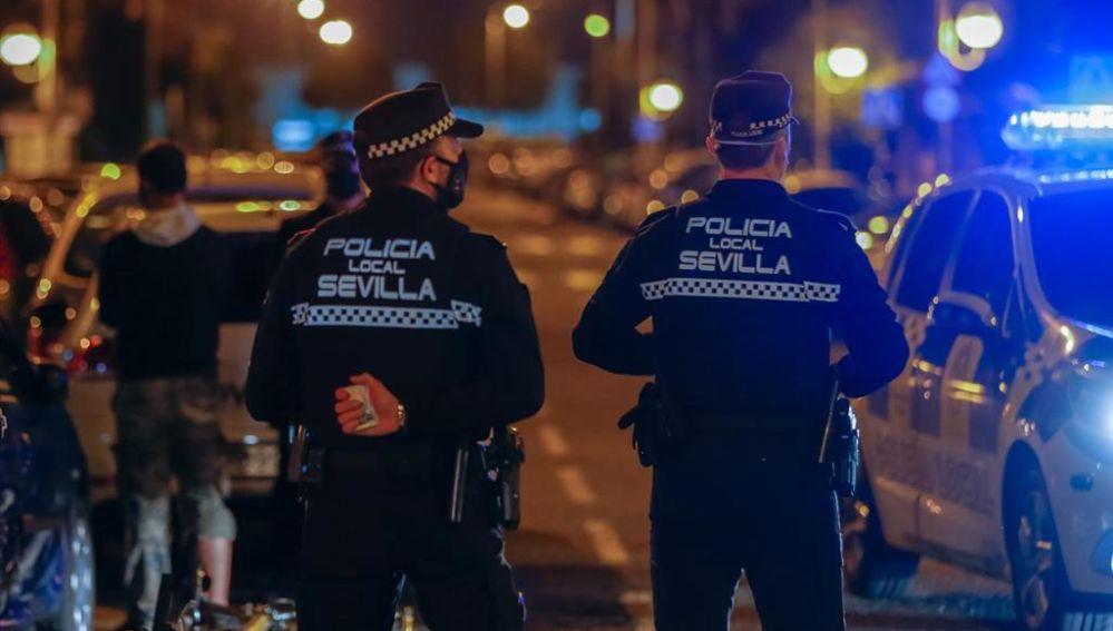 Dos agentes de la Policía Local de Sevilla en su turno de vigilancia