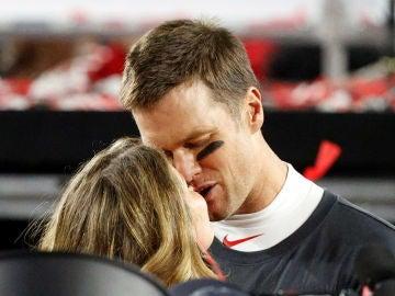 El apasionado beso de Tom Brady a Gisele Bündchen tras ganar la Super Bowl