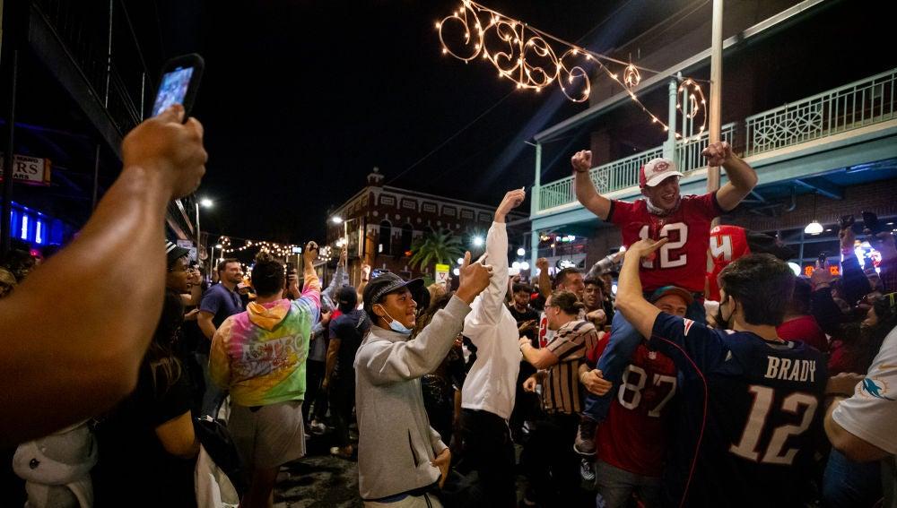 Aficionados de los Tampa Bay Buccaneers celebran la Super Bowl de la pandemia sin mascarilla ni distancia de seguridad