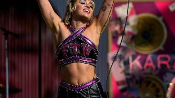 Miley Cyrus animando al público