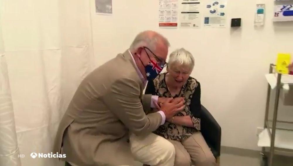 El sorprendente gesto con el que celebró la inyección la primera vacunada de Australia