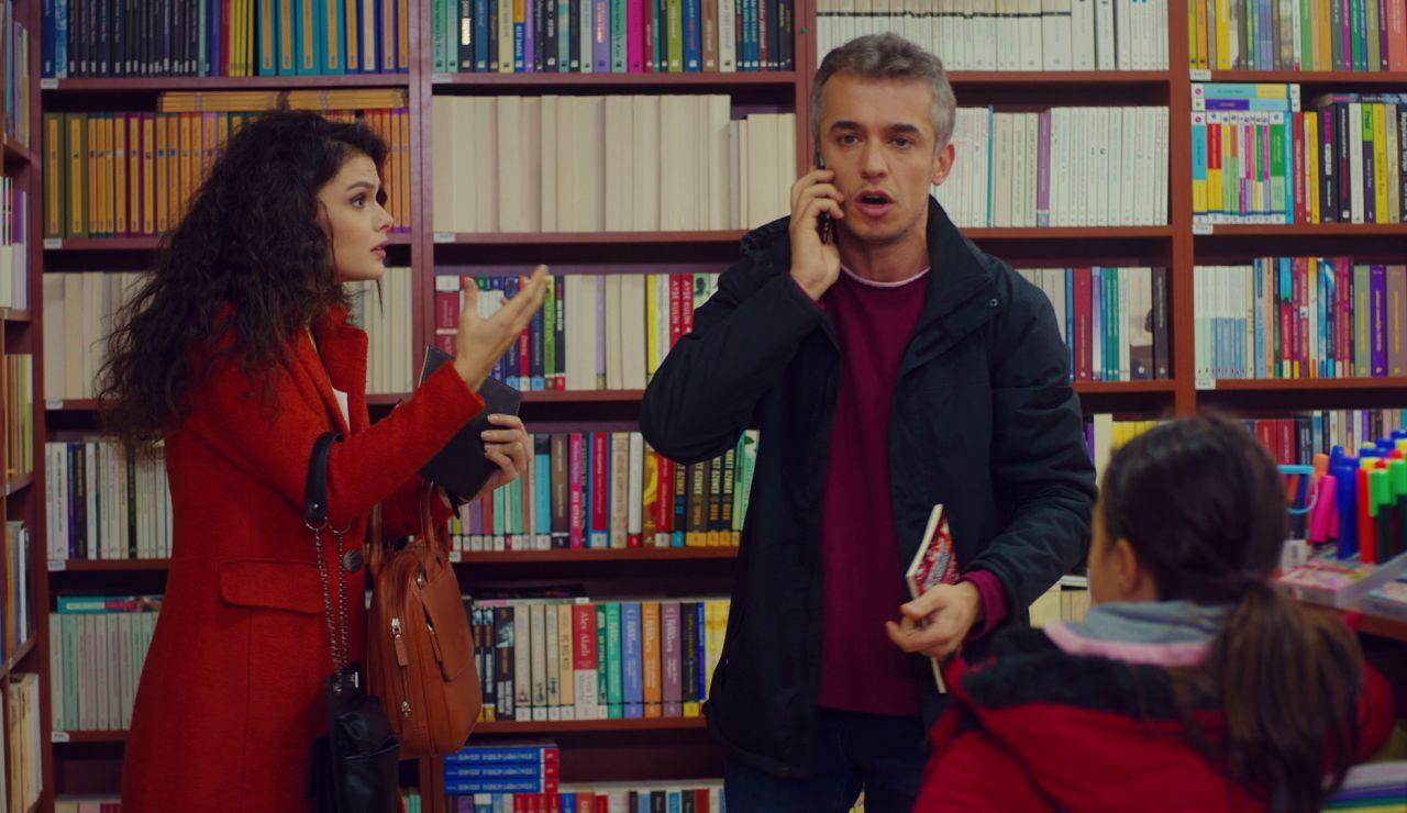 Demir ya sabe que Asu es la madre de Öykü, y por ello ha permitido que se la lleve un rato para conocerla.