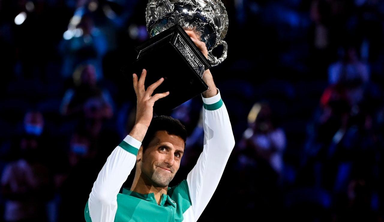 Novak Djokovic levanta el trofeo en la final del Open de Australia frente a Daniil Medvedev