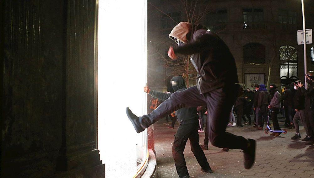 Las imágenes de los saqueos en Barcelona durante las protestas a favor de Pablo Hasél