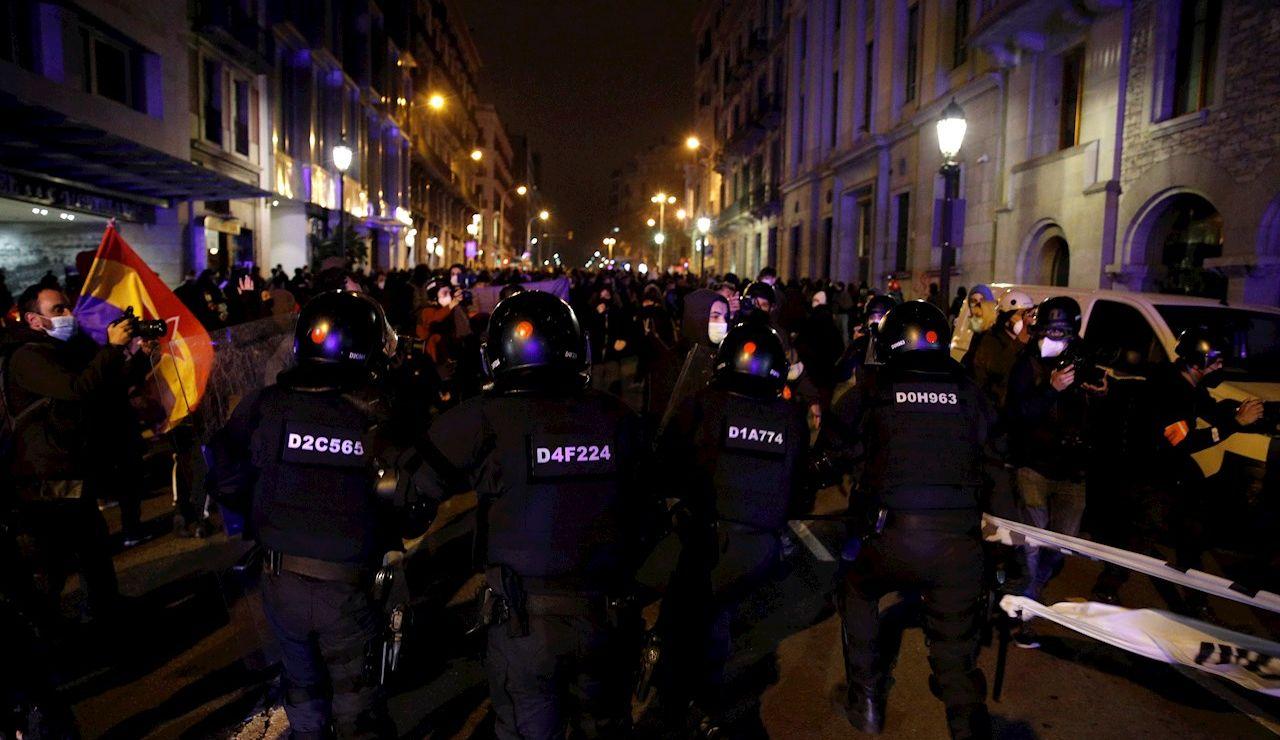 Máxima tensión en Barcelona por la violencia de los manifestantes a favor de Pablo Hasél por sexta jornada consecutiva