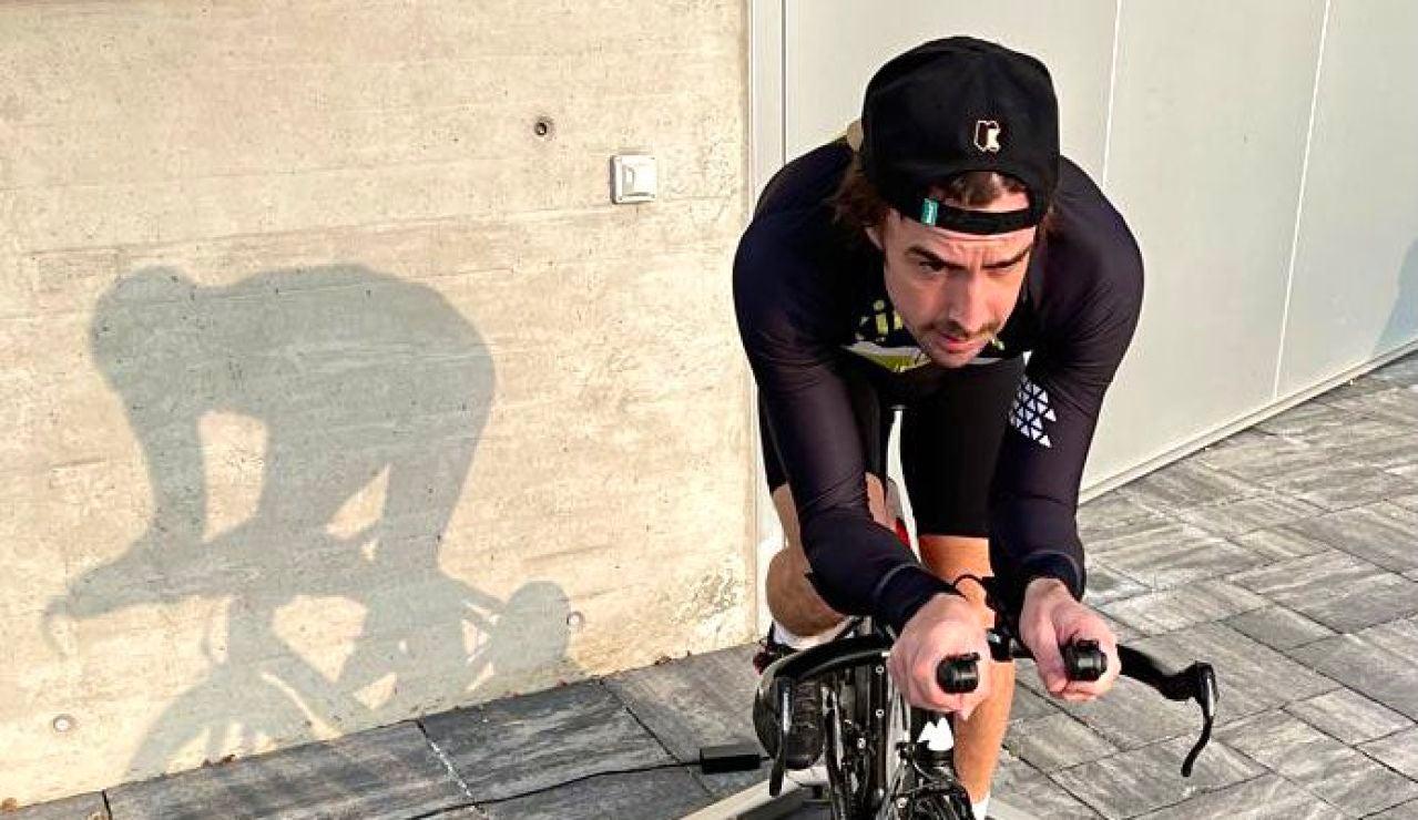 Fernando Alonso vuelve a subirse a una bicicleta tras su accidente