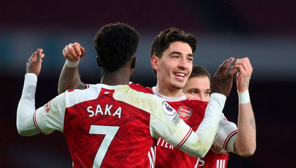 Héctor Bellerín celebra un gol con sus compañeros del Arsenal