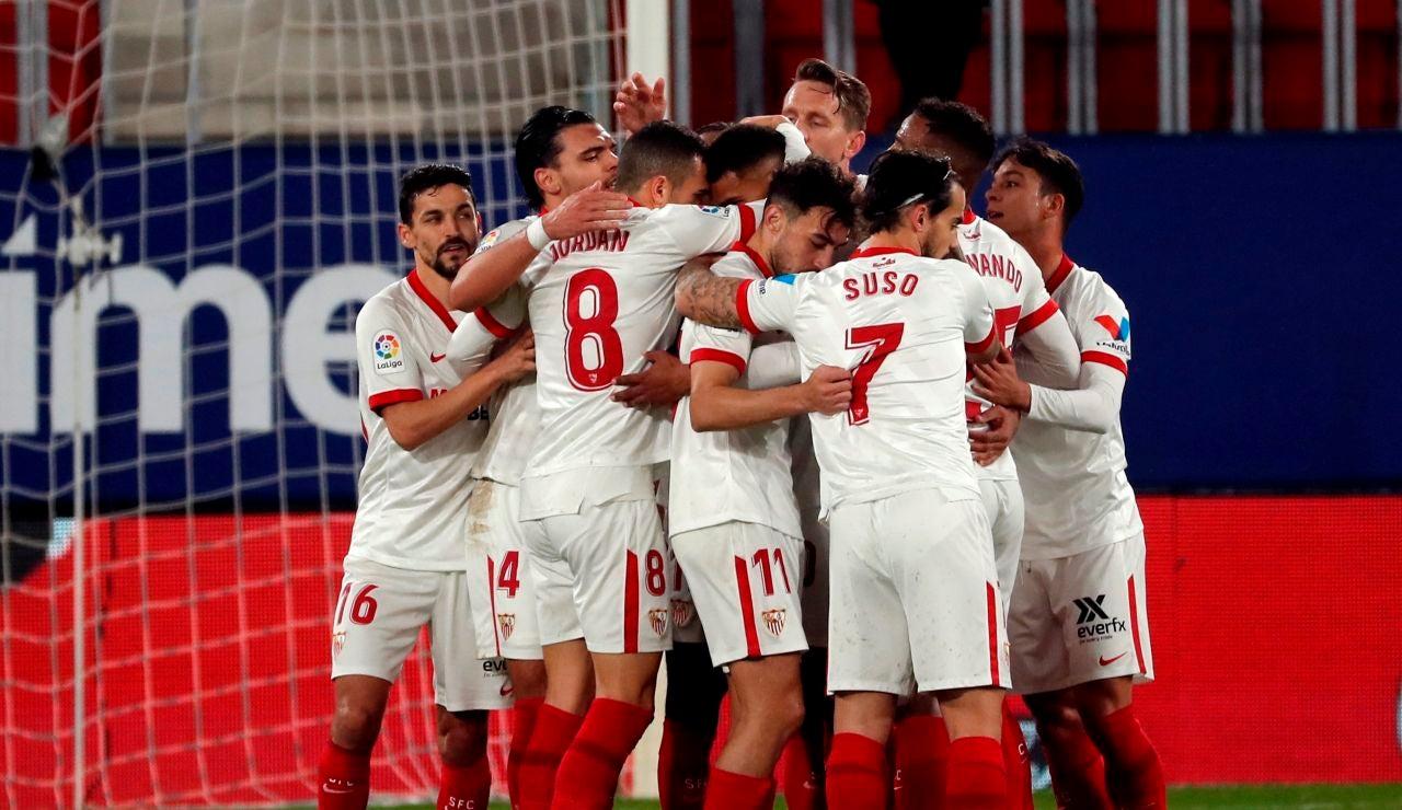 Los jugadores del Sevilla se abrazan tras un gol