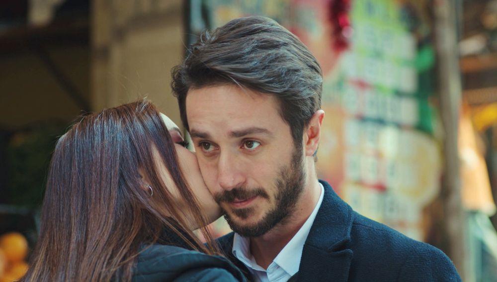 Emre, cada vez más atraído por Sirin tras su espontaneo beso