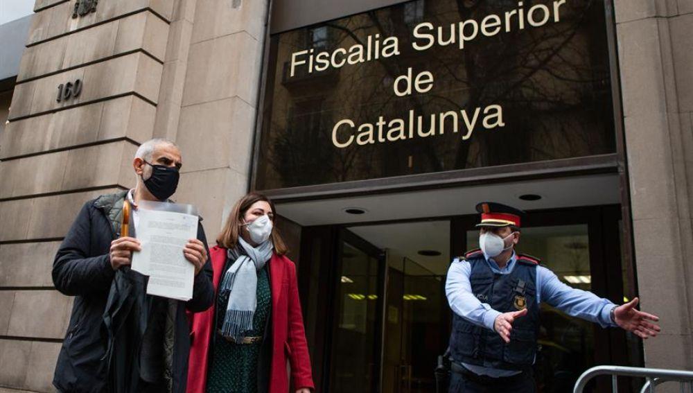 Carlos Carrizosa, acompañado de Luz Guilarte, presentando la denuncia en defensa de los Mossos d'Esquadra.
