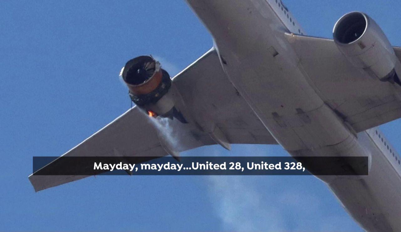 Avión con el motor derecho incendiado