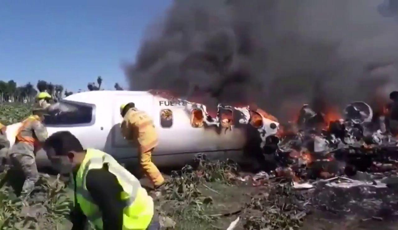 Mueren siete militares al estrellarse un avión en México