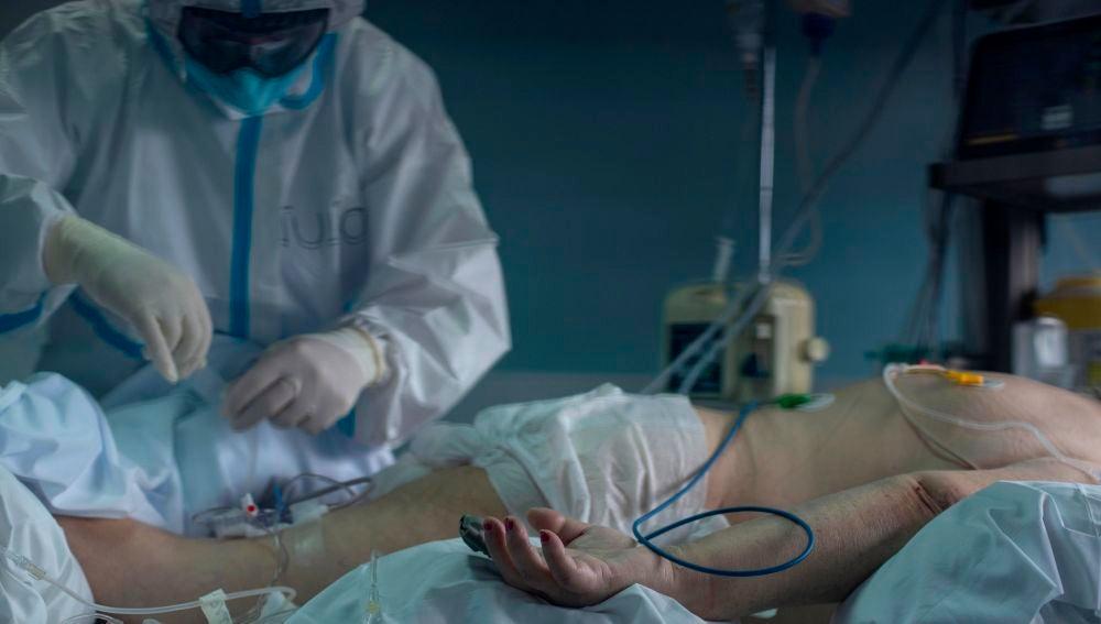 Un trabajador sanitario atiende a un paciente con coronavirus en la UCI del Hospital Cosaga de Ourense