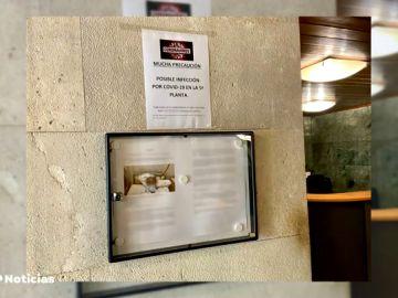 """Un vecino de Madrid, señalado por el portero de su edificio tras contagiarse de coronavirus: """"Puso un cartel"""""""