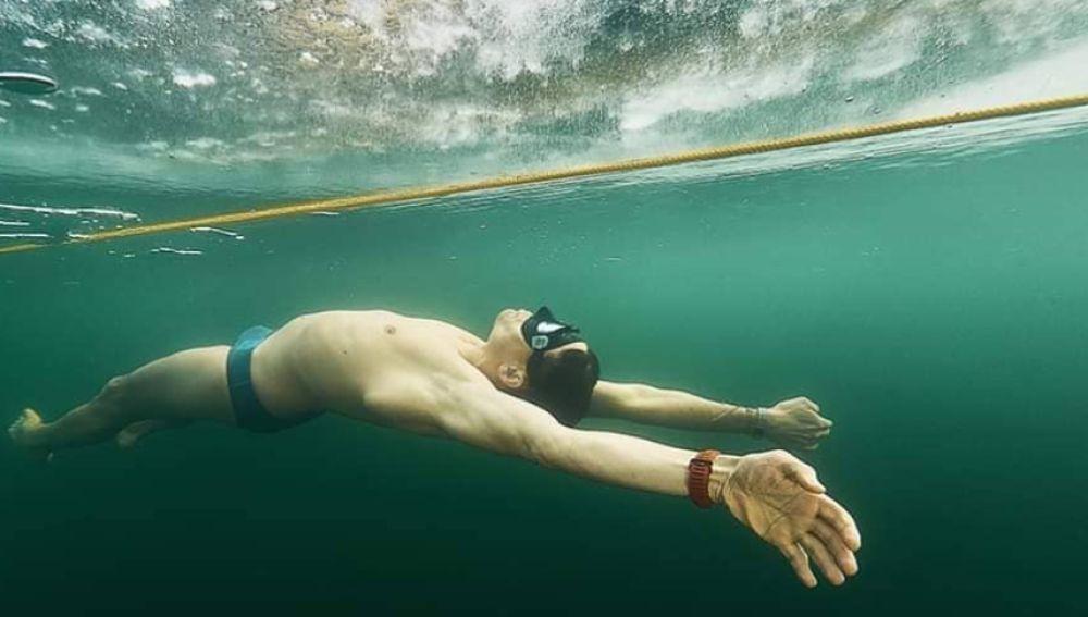 David Vencl busca batir el récord de apnea de distancia nadando más de 76 metros bajo el hielo