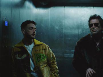 C Tangana junto con Andrés Calamaro en el videoclip de 'Nominao', canción del artista en colaboración con Jorge Drexter
