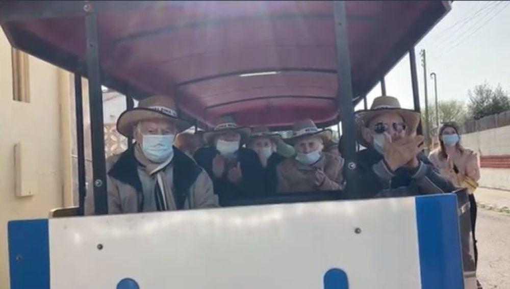 Ancianos de Tarragona en un tren turístico