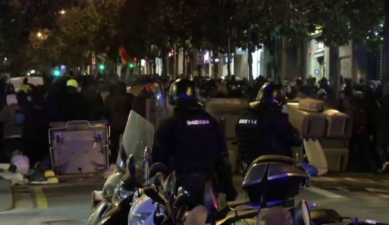 Los vecinos de Barcelona salen aplauden al cuerpo de antidisturbios durante las protestas en apoyo a Pablo Hasél