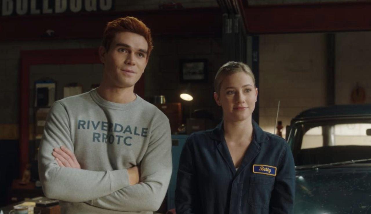 KJ Apa y Lili Reinhart en 'Riverdale'