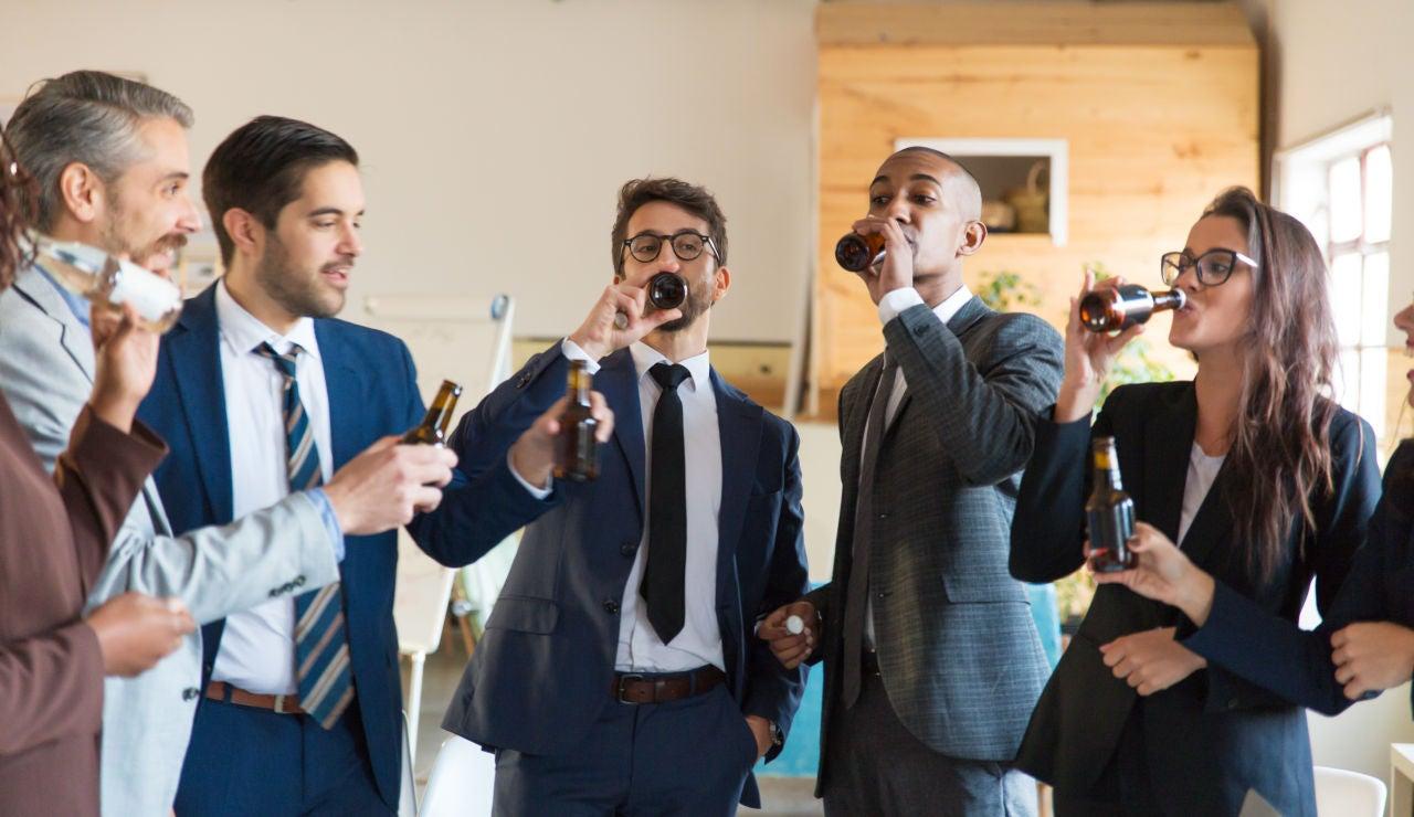 Estas son algunas de las profesiones asociadas con un consumo excesivo de alcohol