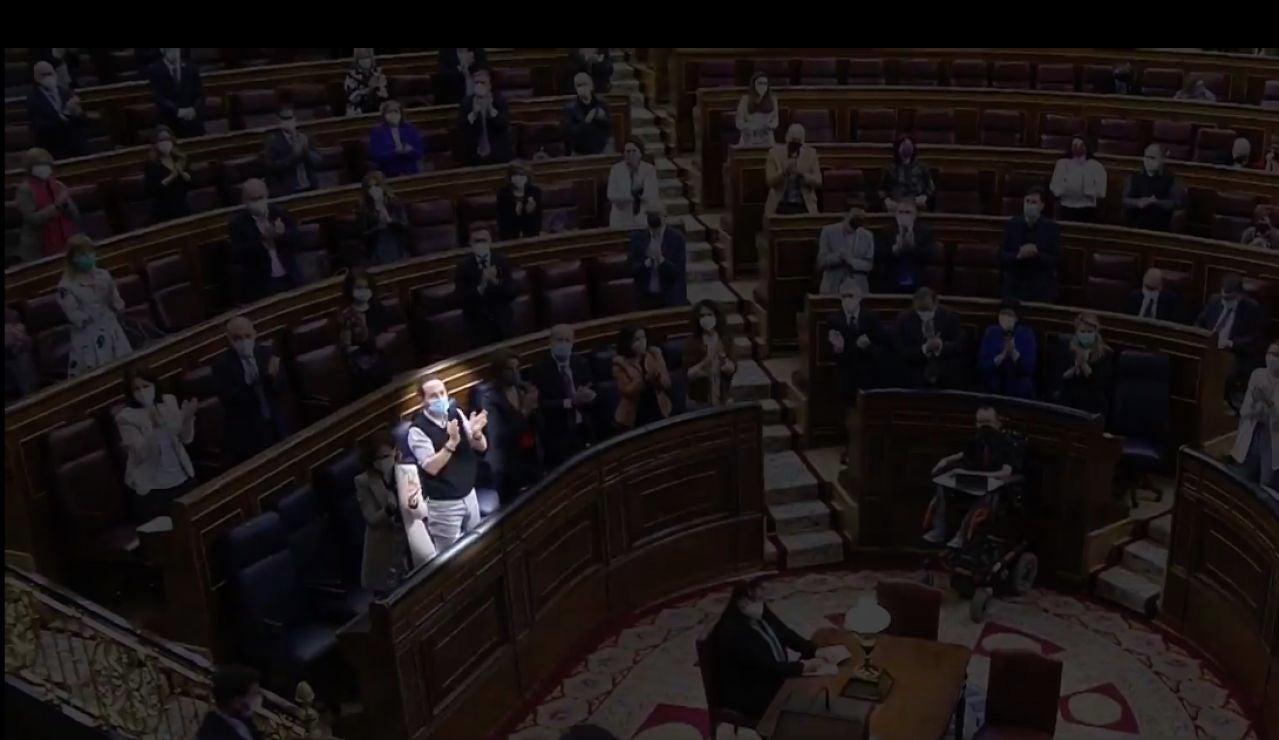 Pablo Iglesias aplaudiendo a Sánchez