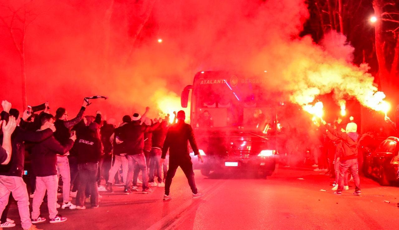 Cientos de aficionados del Atalanta se reúnen fuera del estadio con bengalas antes del partido contra el Real Madrid