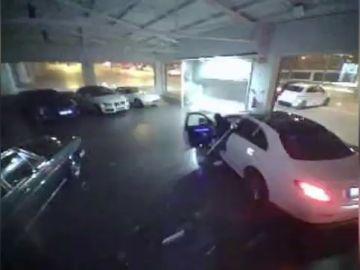 Roban tres coches de alta gama en un concesionario de Cerdanyola por el método del alunizaje