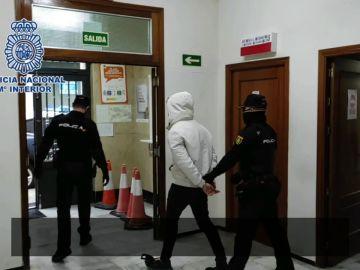 """La Policía Nacional detiene a cuatro personas tras un """"vuelco"""" que acabó con una agresión"""