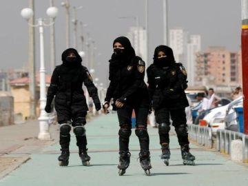 """Policías en patines para atrapar a los delincuentes en Pakistán: """"Llegamos antes a los callejones estrechos"""""""