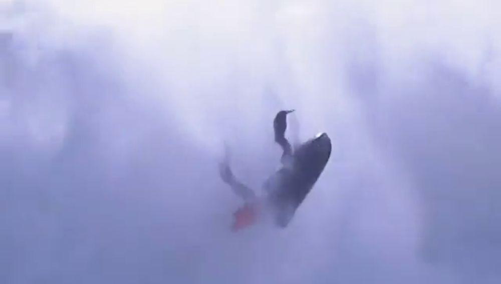 El terrible accidente de una moto de agua contra las olas gigantes de Nazaré
