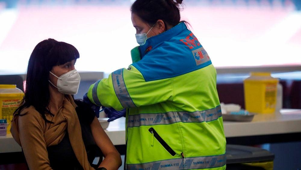 Una mujer recibe la dosis de la vacuna contra el coronavirus