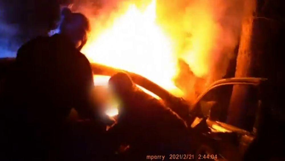 Heroico rescate de unos policías a dos personas atrapadas en un coche en llamas tras un accidente