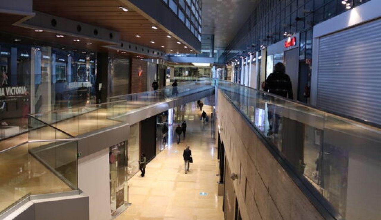 Cataluña reabre los centros comerciales y aumenta el aforo en recintos deportivos y piscinas: estas son las restricciones que se mantienen y las que se levantan