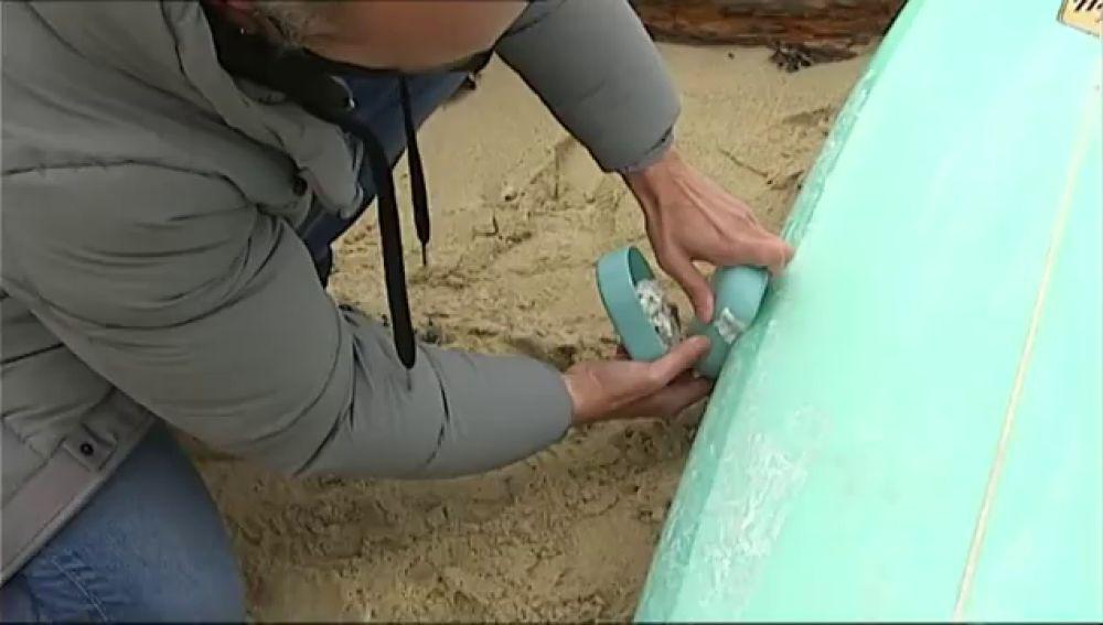 """Un arquitecto gallego encuentra la forma para quitar la parafina a la tabla de surf: """"Es más cómodo y útil"""""""