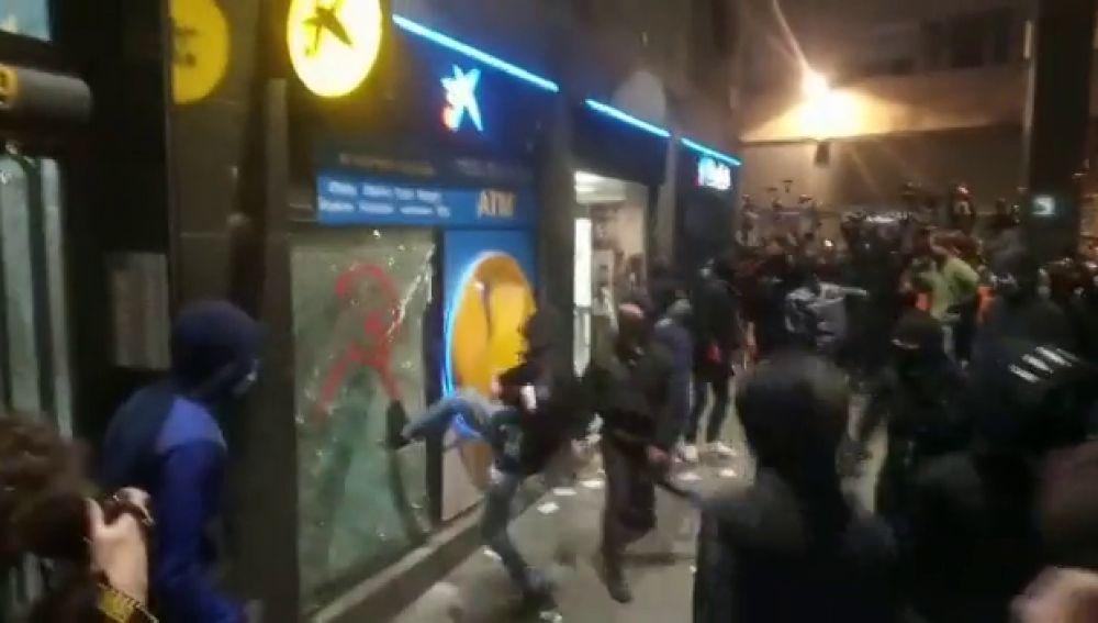 Un grupo de alborotadores destroza varios bancos en Barcelona durante las manifestaciones por Pablo Hasél