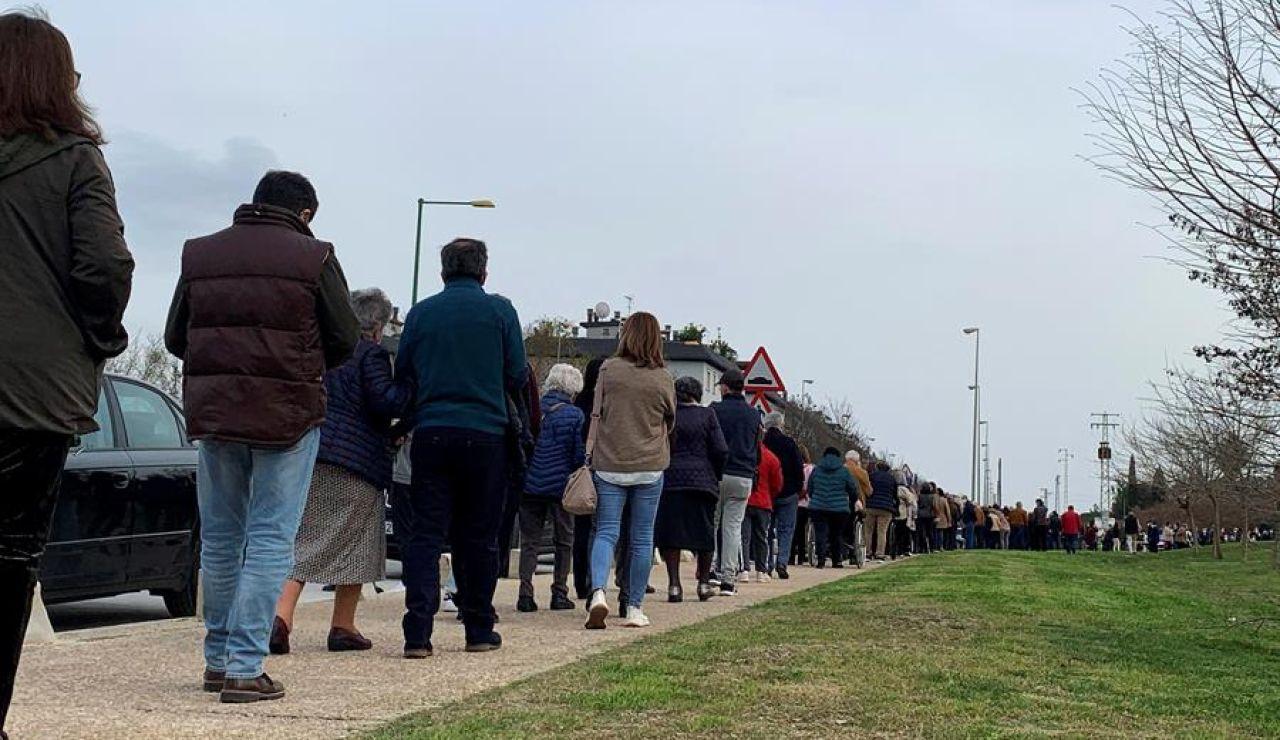 Un bulo en redes sociales provoca que 4.000 personas acudan a un punto de vacunación sin cita previa en Sevilla