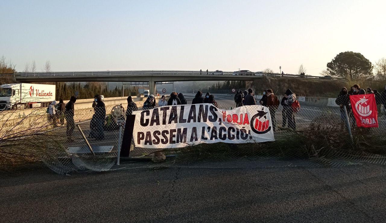 Manifestantes en la carretera Ap-7 a la altura de Girona