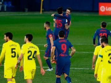 Los jugadores del Atlético de Madrid celebran el primer gol del partido