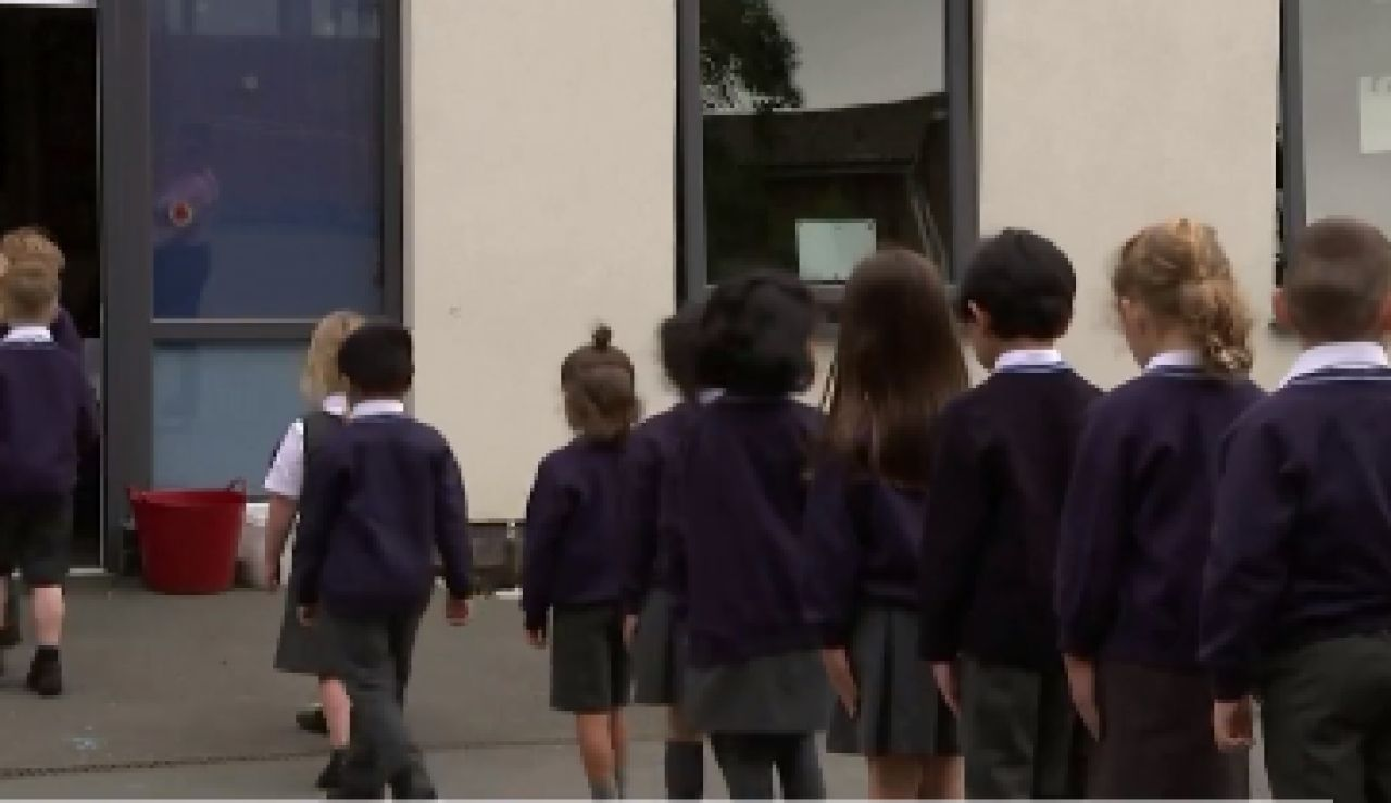 Reino Unido dará test de antígenos gratis cada semana para los hogares con niños
