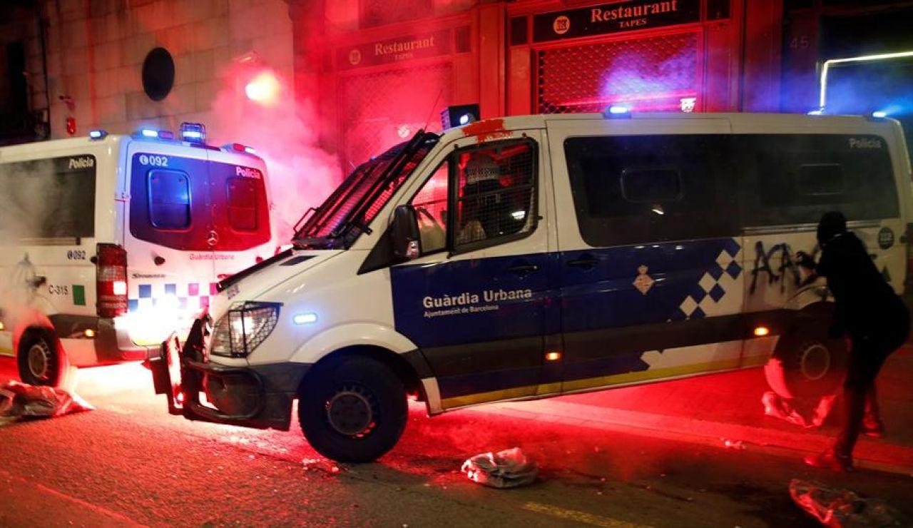 Arran celebra el intento de quema de un furgón de la Guardia Urbana con un policía dentro en Barcelona