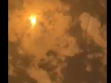 Momento en el que se cruzan dos misiles en el cielo de Arabia Saudía