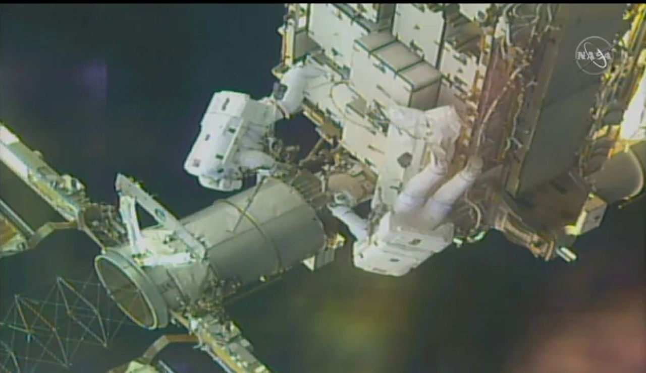 Dos astronautas de la EEI realizan una caminata espacial para modernizar el sistema de energía solar