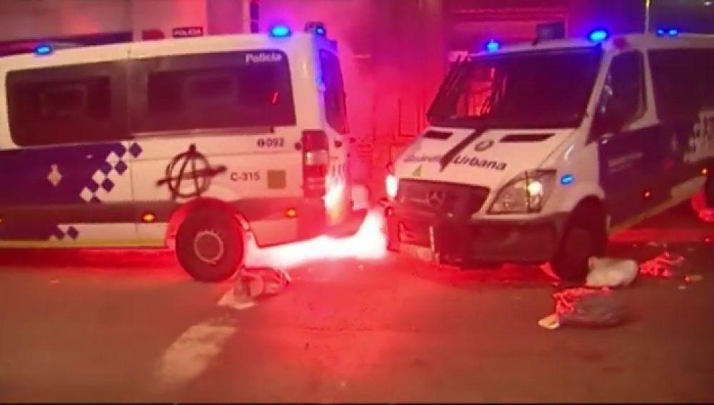 Furgones incendiados en los disturbios de Barcelona