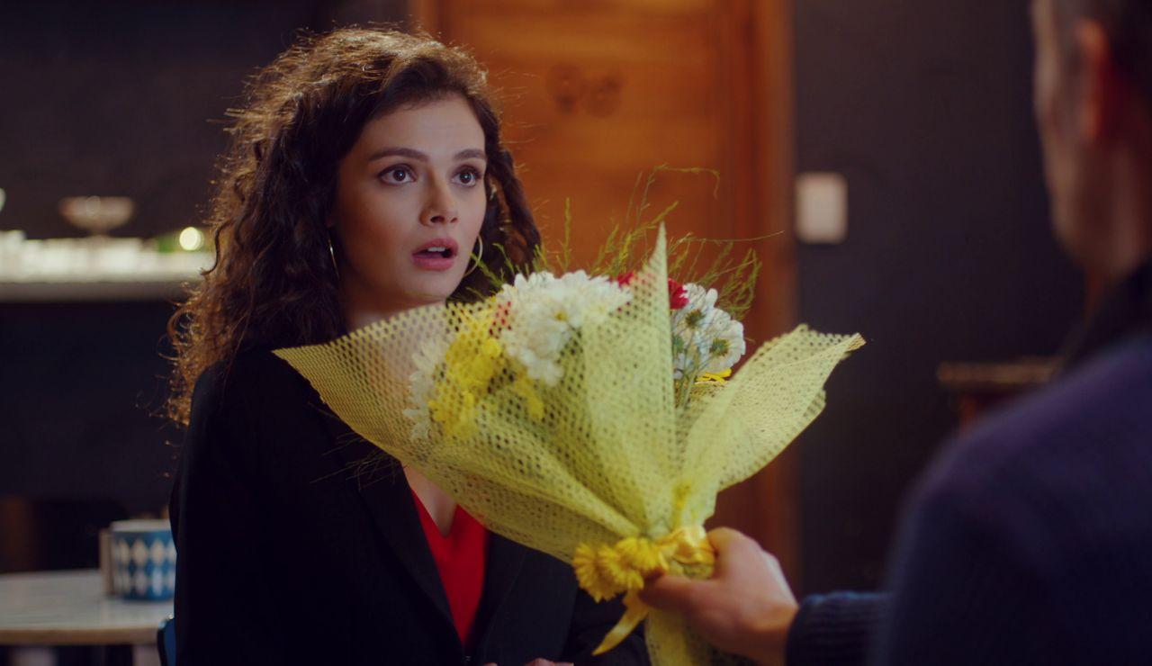 Ugur consigue una primera cita con la profesora de Öykü