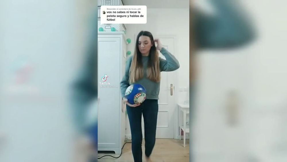 El zasca de una periodista deportiva a un comentario machista para demostrar que toca mejor el balón que muchos hombres