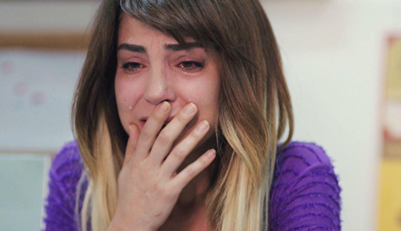 Ceyda rompe a llorar al sentir que Emre se aleja de ella y se acerca a Sirin